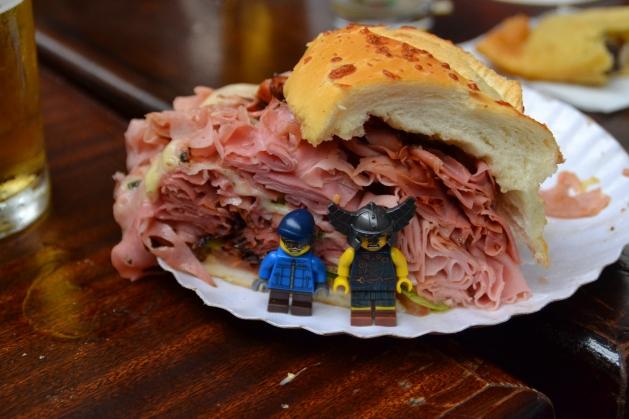 Erick, Martin y el Mega Sandwich de Mortadela