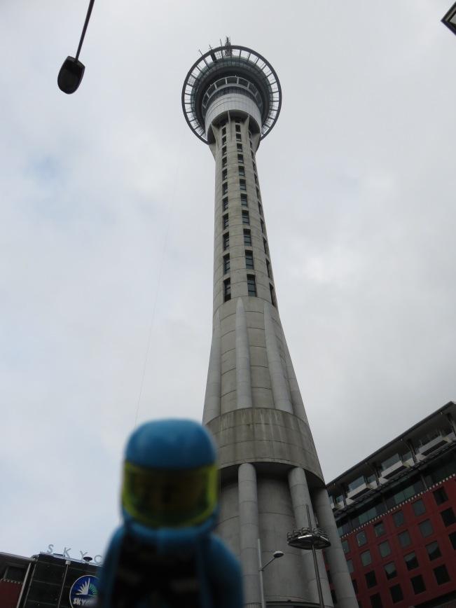 El astronauta preparándose para ir a la punta de la torre