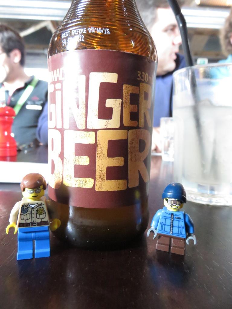 Dos compañeros tratando de acabarse la Ginber Beer