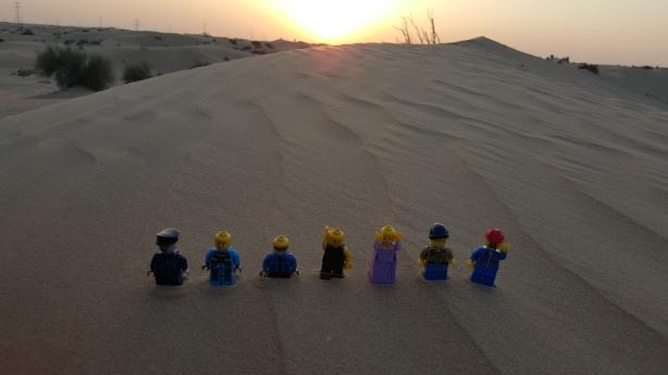 Los Legos posando para la foto antes de que se meta el sol entre las dunas de arena.