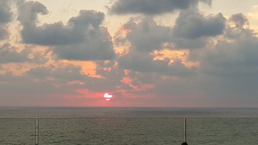 6:12p.m. cuando el sol se empezaba a meter al mar en Acapulco