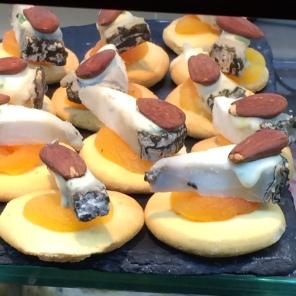 Tapitas con almendras y chabacanos en Madrid